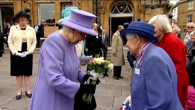 queen elizabeth diamond jubilee tour: crewkerne; ext crowds of children waving union jack flags and cheering / general views of queen unveiling... - diamantenes jubiläum stock-videos und b-roll-filmmaterial