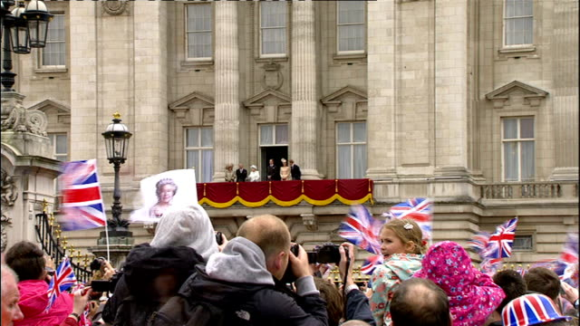queen elizabeth diamond jubilee tour ends in isle of wight; lib queen elizabeth waving from balcony of buckingham palace alongside prince william,... - diamantenes jubiläum stock-videos und b-roll-filmmaterial
