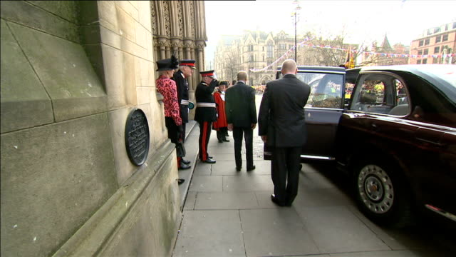 queen elizabeth 'drops in' on wedding in manchester 2332012 manchester ext queen elizabeth out of car as arriving at manchester town hall for visit... - 英マンチェスター点の映像素材/bロール
