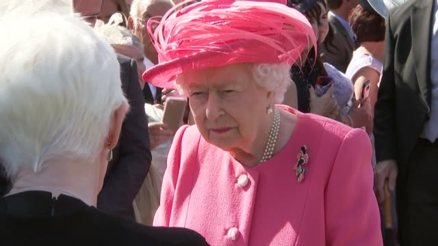 queen elizabeth hosts annual garden party at palace of holyroodhouse scotland edinburgh queen elizabeth ii hosts annual garden party at holyrood... - ヨーク公 アンドルー王子点の映像素材/bロール