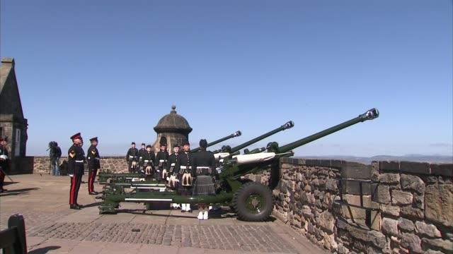 vidéos et rushes de edinburgh castle gun salute cannons fired - 90e anniversaire anniversaire