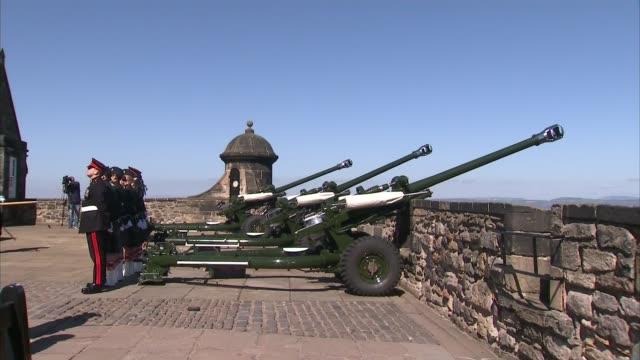 Edinburgh Castle gun salute SCOTLAND Edinburgh Edinburgh Castle EXT Cannons / Man with bagpipes