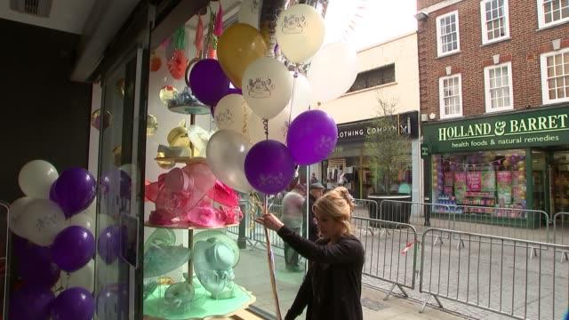 vidéos et rushes de vox pops and windsor shops ext hats in shop window people looking at royalthemed merchandise in shop ext vox pops 'joey' puppet from 'war horse'... - 90e anniversaire anniversaire