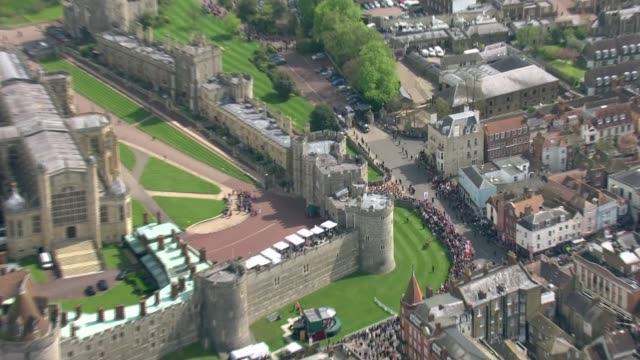vidéos et rushes de windsor aerials england berkshire windsor windsor castle and surrounding grounds / queen's car along / queen out of car and along to greet crowds - terrain d'agrément
