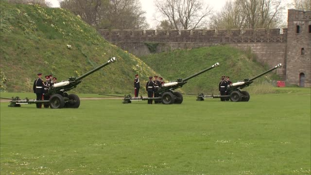 queen elizabeth ii 90th birthday: windsor castle salute; england: berkshire: windsor: ext cannons and military at windsor castle / cannons fired - cannone video stock e b–roll