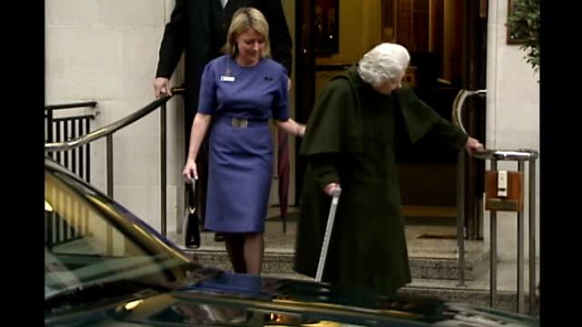 queen elizabeth ii admitted to hospital with gastroenteritis / t13120305 london king edward vii hospital tphotography** queen elizabeth leaving... - 胃腸炎点の映像素材/bロール