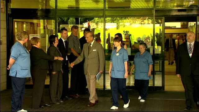 stockvideo's en b-roll-footage met queen elizabeth ii admitted to hospital with gastroenteritis lib / t20081208 aberdeen aberdeen royal infirmary photography*** prince philip shaking... - blaas urinewegstelsel