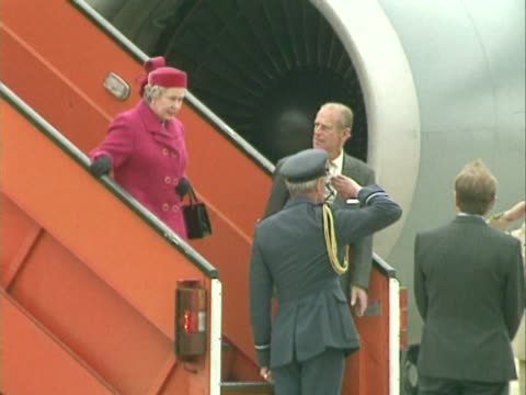 vidéos et rushes de queen elizabeth ii and duke of edinburgh walk down aircraft steps after visit to canada happily chat to group members on the tarmac before walking... - duc d'edimbourg
