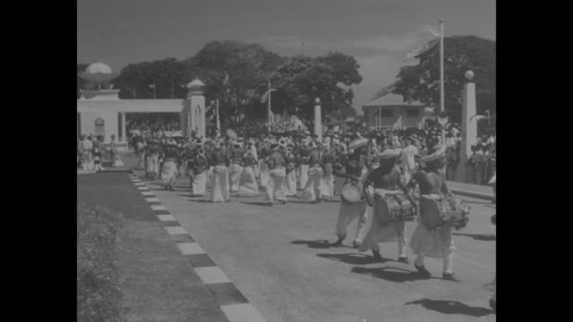stockvideo's en b-roll-footage met queen elizabeth ii and philip, duke of edinburgh, disembark from ship in colombo, ceylon, and are greeted by governor-general herwald ramsbotham /... - sri lankaanse cultuur