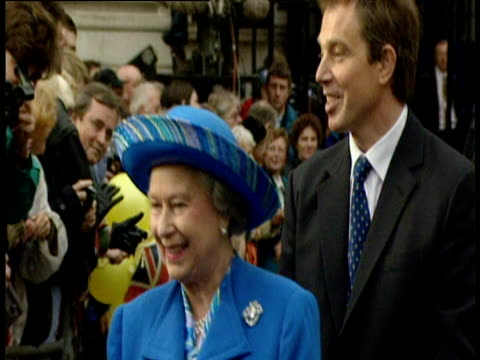 Queen Elizabeth II and Prime Minister Tony Blair greet wellwishers Downing Street 20 Nov 97
