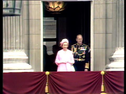 vídeos de stock, filmes e b-roll de queen elizabeth ii and prince philip appear on balcony of buckingham palace wave to adoring crowds silver jubilee celebrations 07 june 77 - 1977