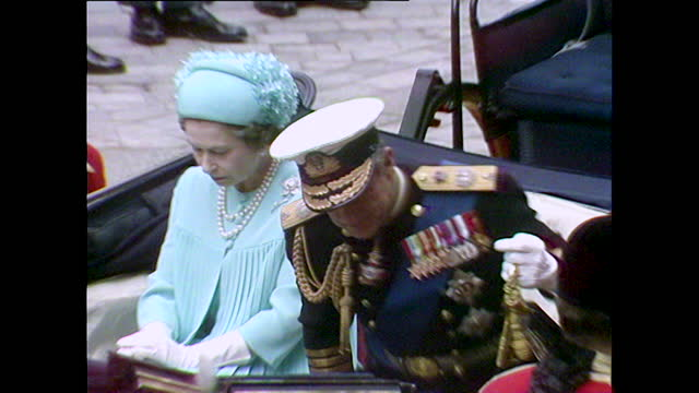 queen elizabeth ii and prince philip arrive at st paul's cathedral for the wedding of prince charles and lady diana spencer; 1981. - 1981 bildbanksvideor och videomaterial från bakom kulisserna