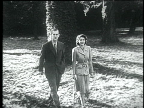 queen elizabeth ii and prince philip, duke of edinburgh enjoying a walk during their honeymoon at broadlands, romsey, hampshire. queen elizabeth ii... - anno 1947 video stock e b–roll