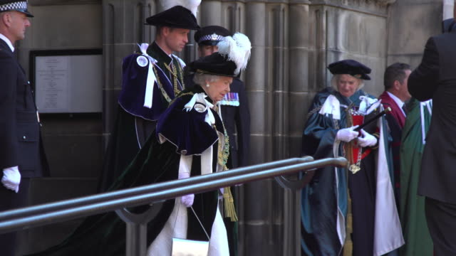 vidéos et rushes de queen elizabeth ii and prince william duke of cambridge leave the thistle service at st giles cathedral at st giles cathedral on july 06 2018 in... - monarchie anglaise
