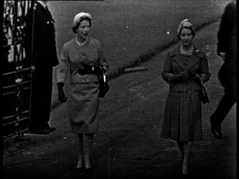 queen elizabeth ii and princess margaret walking to inspect the guards balmoral 28 aug 59 - principessa margaret contessa di snowdon video stock e b–roll