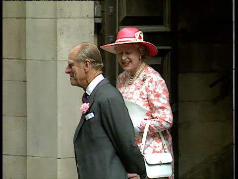 vídeos de stock, filmes e b-roll de queen elizabeth ii and the duke of edinburgh exit church and acknowledge crowd at the wedding of lady sarah armstrong jones and daniel chatto london... - papel em casamento