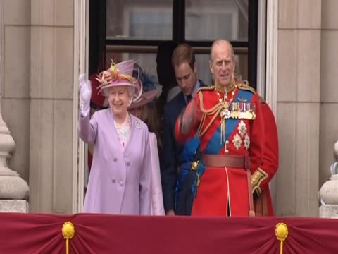 queen elizabeth ii and the duke of edinburgh on the balcony at buckingham palace on the occasion of his 90th birthday - バッキンガム宮殿点の映像素材/bロール