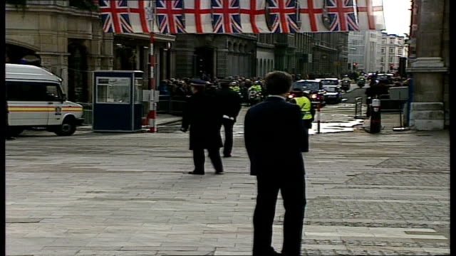 vídeos de stock, filmes e b-roll de queen elizabeth ii 'annus horribilis' speech at london guildhall england london guildhall ext scenes outside guildhall / troops lined up / queen... - edifício do governo local