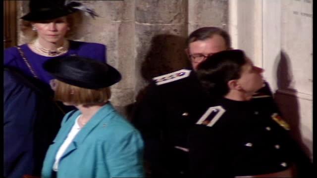 vídeos de stock, filmes e b-roll de queen elizabeth ii 'annus horribilis' speech at london guildhall ***clip london guildhall various of guests arriving - edifício do governo local