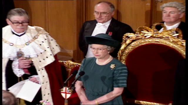 vídeos de stock, filmes e b-roll de queen elizabeth ii 'annus horribilis' speech at london guildhall england london guildhall john major queen elizabeth ii prince philip francis... - edifício do governo local