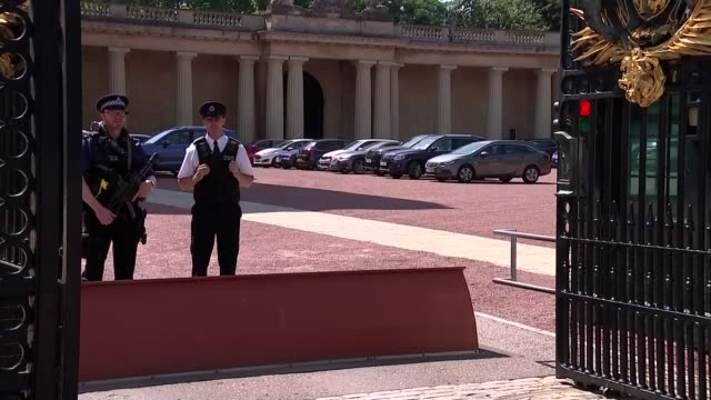 queen elizabeth ii arrives at buckingham palace / security and tourists gvs; england: london: westminster: buckingham palace: ext security at palace... - britisches königshaus stock-videos und b-roll-filmmaterial