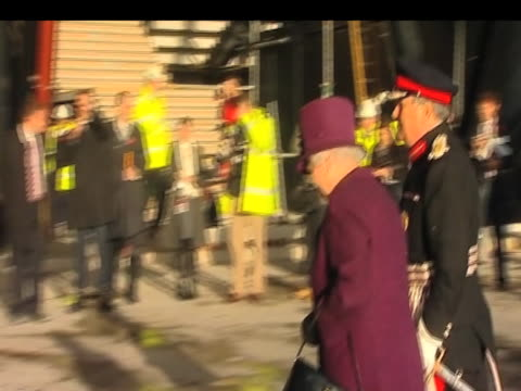 queen elizabeth ii arrives at london 2012 olympic park construction site for royal inspection london 03 november 2009 - erezione video stock e b–roll