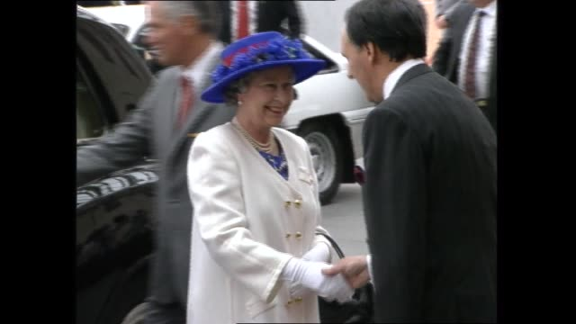 queen elizabeth ii arrives at parliament house official state car drives away / cutaway to paul annita keating / paul annita keating greet the queen... - official car stock videos & royalty-free footage