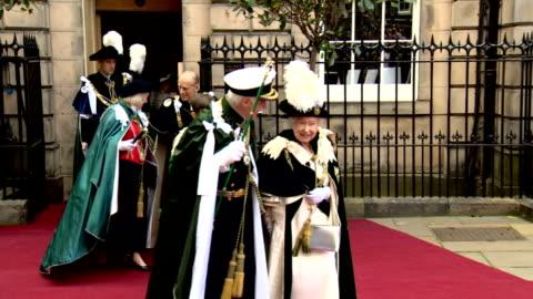 vídeos y material grabado en eventos de stock de queen elizabeth ii attended an order of the thistle service at st giles' cathedral, as part of her holyrood week engagements. shows queen elizabeth... - semana