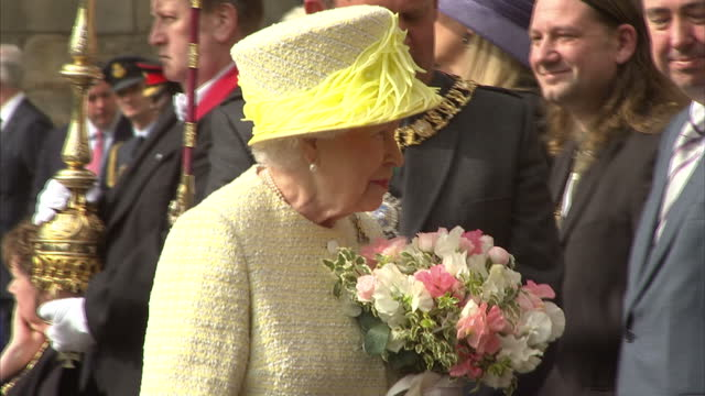 vídeos de stock, filmes e b-roll de queen elizabeth ii attends the traditional ceremony of the keys at holyroodhouse on july 3 2017 in edinburgh scotland - 2017