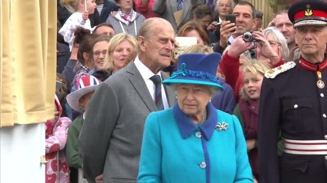 queen elizabeth ii becomes longest reigning monarch: queen train journey; scotland: newtongrange station ext queen elizabeth ii and prince philip,... - 皇族・王族点の映像素材/bロール