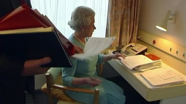 queen elizabeth ii becomes longest reigning monarch; r07050202 newcastle: int train various of queen and sir robin janvrin going through papers on... - 皇族・王族点の映像素材/bロール