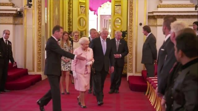 queen elizabeth ii becomes longest reigning monarch r22061502 / 222015 london buckingham palace int quen elizabeth ii along with former prime... - john major stock-videos und b-roll-filmmaterial