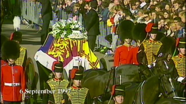 vidéos et rushes de queen elizabeth ii becomes longest reigning monarch; s07020701 / tx ext princess diana's funeral with coffin along on gun carriage pulled by horses... - funérailles