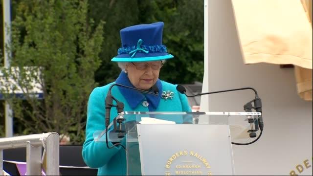 queen elizabeth ii becomes longest reigning monarch; scotland: galashiels: tweedbank: ext queen elizabeth ii waving to the crowd as on platform to... - 皇族・王族点の映像素材/bロール