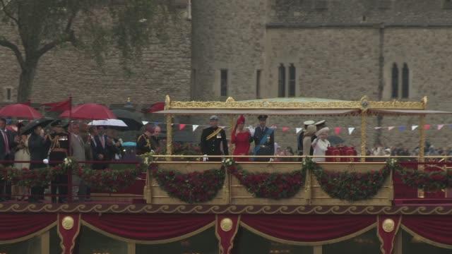 queen elizabeth ii, camilla, duchess of cornwall, prince charles, prince of wales, prince philip, the duke of edinburgh, catherine, duchess of... - königin stock-videos und b-roll-filmmaterial