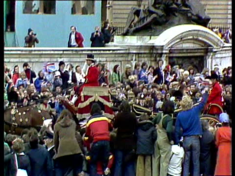 queen elizabeth ii celebrates her silver jubilee anniversary the 25th year of her accession to the throne with parade through london streets /... - 近衛兵点の映像素材/bロール