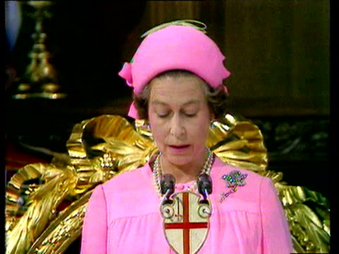 stockvideo's en b-roll-footage met queen elizabeth ii celebrates her silver jubilee anniversary the 25th year of her accession to the throne / inside st paul's cathedral / queen makes... - hoed