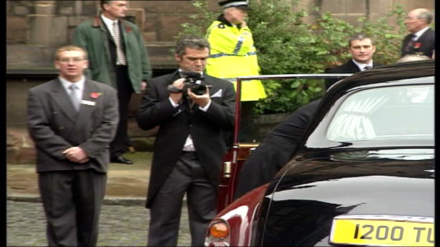 stockvideo's en b-roll-footage met queen elizabeth ii, duke of edinburgh and prince william and prince harry attend wedding of tamara grosvenor; england: chester: chester cathedral:... - chester engeland