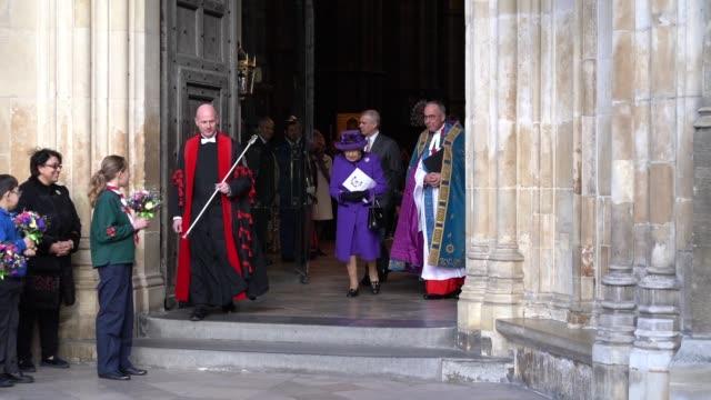 vídeos y material grabado en eventos de stock de queen elizabeth ii leaves the commonwealth service at westminster abbey on commonwealth day on march 11 2019 in london united kingdom - reina persona de la realeza