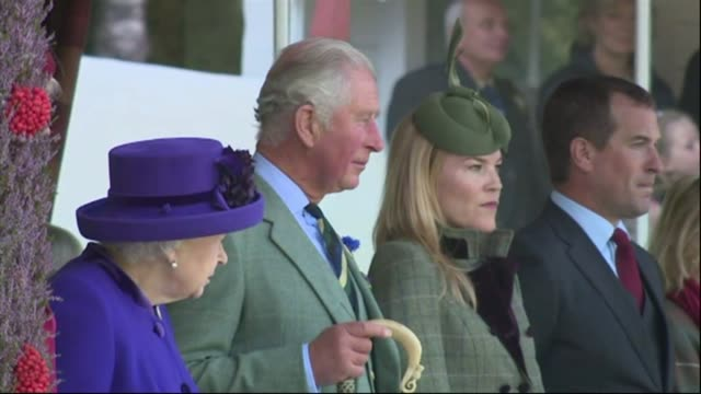vídeos de stock e filmes b-roll de queen elizabeth ii makes annual visit to braemar gathering with prince charles and duchess of cornwall scotland braemar ext queen elizabeth ii along... - rainha pessoa real