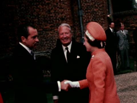 vídeos de stock, filmes e b-roll de queen elizabeth ii meets president nixon at chequers - primeiro ministro