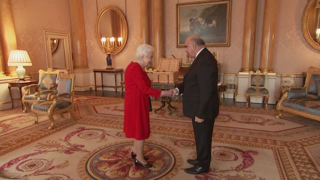vídeos de stock, filmes e b-roll de queen elizabeth ii meets the maltese president england london buckingham palace photography** george vella entering room and shaking hands with queen... - formato bruto