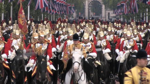ms zo queen elizabeth ii official birthday celebrations parade audio / london, united kingdom - guardia d'onore soldato video stock e b–roll