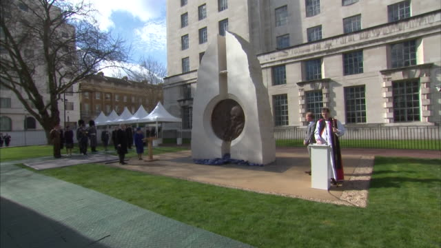 vidéos et rushes de queen elizabeth ii officially unveiling a monument commemorating servicemen and women killed in iraq and afghanistan - mémorial