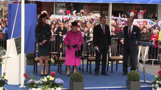 vídeos y material grabado en eventos de stock de queen elizabeth ii prince philip and catherine duchess of cambridge visit leicester on march 8 2012 in leicester england queen elizabeth ii prince... - 2012