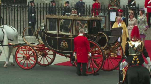 vidéos et rushes de queen elizabeth ii prince philip duke of edinburgh leave westminster abbey in a carriage to head to buckingham palace at the royal wedding departures... - voiture attelée