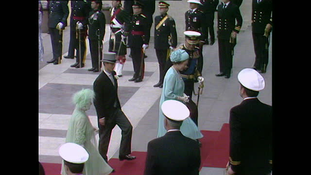 queen elizabeth ii, prince philip, the queen mother, and prince edward on the steps of st paul's cathedral for the wedding of prince charles and lady... - 1981 bildbanksvideor och videomaterial från bakom kulisserna
