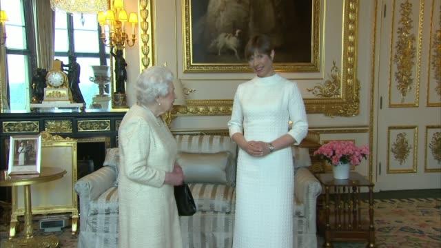 vidéos et rushes de queen elizabeth ii private audience with estonian president and governorgeneral of barbados england berkshire windsor castle photography*** kersti... - président
