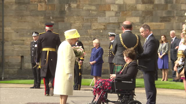 vídeos de stock, filmes e b-roll de queen elizabeth ii receives the keys from edinburgh's lord provost frank ross during the traditional ceremony of the keys at holyroodhouse on july 3... - 2017