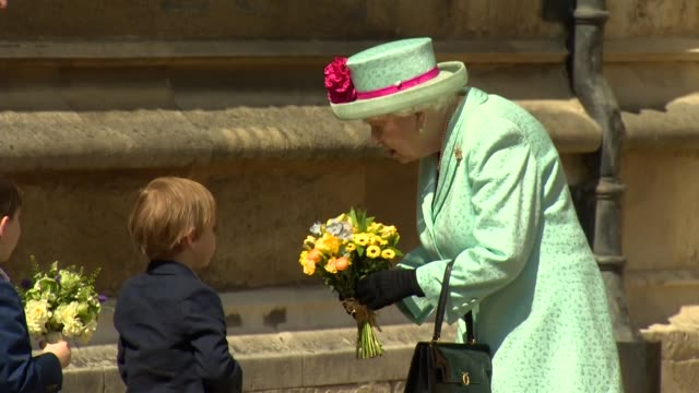 vidéos et rushes de queen elizabeth ii receiving flowers before easter service at st. george's chapel in windsor - pâques
